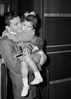 #Sinatra | Frank y su hijita www.beewatcher.es