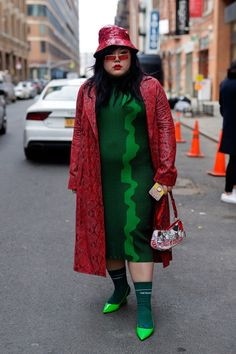 The Best Street Style From New York Fashion Week 2019 - Teen Vogue New York Fashion Week Street Style, Street Style Edgy, Cool Street Fashion, Fat Fashion, Curvy Fashion, Plus Size Fashion, City Outfits, Fashion Outfits, Autumn Fashion Casual