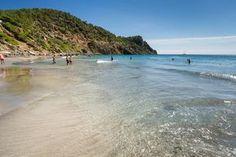 Reiseinspirationen für Ibiza mit Familie Cala, Beach, Outdoor, Traveling With Children, Far Away, Family Vacations, Travel Inspiration, Travel Advice, Destinations