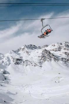 If you are thinking of skiing in Andorra, the Pyrenees mountains are famous for being home to all things snow. This amazing mountain range which rises up to separate France from Spain has some of the best skiing spots to be found in Europe. Ski Mountain, Mountain Range, Andorra Ski, Ski Lift, Snow Skiing, Photo Wall Collage, Sports Photos, Pyrenees, Alaska
