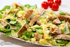 Salata Caesar cu piept de curcan este satioasa si poate inlocui cu succes chiar si un fel principal.