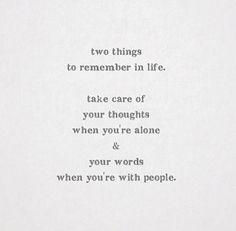 Dos cosas para recordar en la vida: cuida tus pensamientos cuando estés solo y tus palabras cuando estés con otra gente