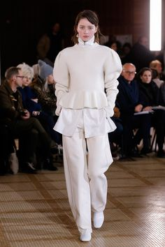 The complete Lemaire Fall 2018 Ready-to-Wear fashion show now on Vogue Runway. Autumn Fashion 2018, Fall Fashion Trends, Fashion Week, Latest Fashion Trends, Vogue Fashion, Paris Fashion, High Fashion, Womens Fashion, Future Fashion