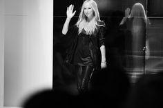 La directrice artistique de Gucci, Frida Giannini salue à la fin du défilé http://www.vogue.fr/mode/inspirations/diaporama/journal-de-la-fashion-week-printemps-ete-2014-a-milan-jour-1/15279/image/838839#!14h30-frida-giannini-salue-a-la-fin-du-defile-gucci