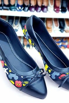 Bright Flat Shoes Summer 2020 has never been so Stylish! Since the beginning of the year many girls were looking for our Modest guide and it is finally got released. Now It Is Time To Take Action! See how... #shoes #womenshoes #footwear #shoestrends Pretty Shoes, Cute Shoes, Ladies Shoes, Girls Shoes, Flat Shoes, Shoes Heels, Wh Questions, Latest Shoe Trends, Everyday Shoes