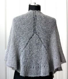 Knit an ultralight shawl with ruffled ruffle - susanne gustafso . : Knit an ultralight shawl with ruffled ruffle – susanne-gustafsso … Poncho Knitting Patterns, Knitted Poncho, Knitted Shawls, Knitting Socks, Crochet Shawl, Free Knitting, Knit Crochet, Knitted Flowers, Crochet Accessories