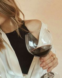 A big glass of red wine please Aesthetic Photo, Aesthetic Pictures, Photography Poses, Fashion Photography, Blonde Aesthetic, Foto Casual, Aesthetic People, Insta Photo Ideas, Foto Pose