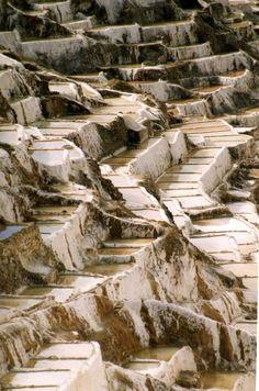 Las salineras de Maras se encuentran a 40 kilómetros de Cuzco, en el Valle Sagrado de los Incas,  a la cota de 3.375 m. por Mellagi(2)