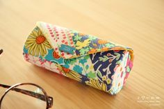 Cute Case for glasses cylinder. Photo and Pattern Sewing Crafts, Sewing Projects, Cute Cases, Sewing Studio, Purses And Bags, Sunglasses Case, Free Pattern, Sewing Patterns, Vintage Bag