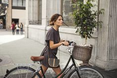 The perfect oval rattan basket for your handbag and much more. Hangs from the handle bar with leather straps. For Linus bike models other than the Dutchi, the Oval basket should be used with a front L Dutch Bike, Feminine Tomboy, Retro Stil, Cycle Chic, Bicycle Girl, Bike Style, Life Is Beautiful, Beautiful Mess, Beautiful Pictures