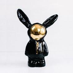 Der Keramikhase Space Bunny mit seinem goldenen Visier ist nicht von dieser Welt, es ist ein geheimnisvolles Wesen mit sehr viel Charakter. Die Künstlerin Tany