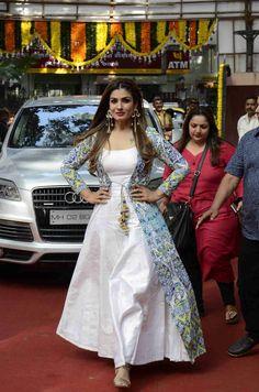 Designer Party Wear Dresses, Indian Designer Outfits, Indian Outfits, Award Show Dresses, Girls Dresses Sewing, Kurta Neck Design, Indian Gowns Dresses, Dress Indian Style, Western Dresses