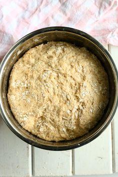 Pehmeät ja muhkeat sämpylät syntyvät helposti ja nopeasti ilman vaivaamista. Tee taikina illalla valmiiksi ja nauti aamulla uunituoreista sämpylöistä. Hummus, Oatmeal, Sugar, Baking, Breakfast, Ethnic Recipes, Food, Diy, The Oatmeal