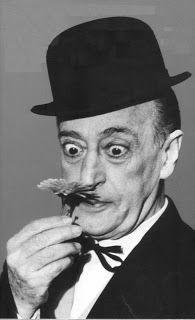"""Totò - nome d'arte di Antonio De Curtis (Napoli, 15 febbraio 1898 – Roma, 15 aprile 1967), attore, commediografo, paroliere, poeta e sceneggiatore italiano. Soprannominato """"il principe della risata"""", è considerato uno dei più grandi interpreti nella storia del teatro e del cinema italiano."""