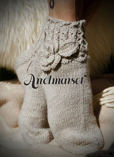 These delightful Anelmaiset summery socks are knitted with Regia sock yarn. Pattern is for EU size but the sizing can be modifyed by adding more stitches on toe section as well as adding the desired length. Sock Yarn, Home Crafts, Crochet, Mittens, Tatting, Knitting Patterns, Socks, Ravelry, Handmade