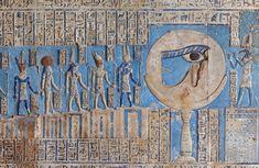 """[MISIR 29567]  'Balmumu ve Dendera'da de Horus'un Gözü ay.'    Bir sütun üzerinde Ayın bu güçlü görüntü ile dekore edilmiş """"iyileşmiş göz"""", Hathor dış hypostyle hall astronomik tavanda bulunabilir, Dendera'da de Horus Tapınağı.  Astronomik tavan yedi ayrı şeritler oluşur, ama burada İLK STRİPTİZ merkezine BATININ bir ayrıntı bakıyoruz.  Bu resimde tanrılar Balmumu ayı ile uğraşan ve şerit ortasında bulunan bir panel bir parçası.  Göre Mısır mitolojisinde Horus'un gözünü kaybetti sırasında…"""