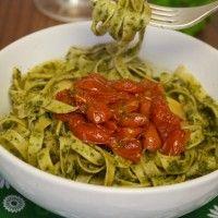 Fettuccine com pesto de salsinha e tomates assados