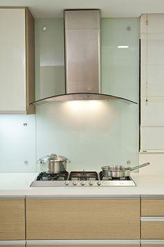 En las paredes de la cocina es recomendable aplicar salpicaderos de vidrio que son fáciles de limpiar  REVISTA CLAVE! 43  Foto: Chris Falcony