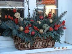 vánoční výzdoba oken - Hledat Googlem Christmas Wreaths, Christmas Crafts, Christmas Ideas, Christmas Arrangements, Xmas Decorations, Holiday Decor, Home Decor, Ideas For Christmas, Flowers