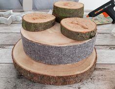 Die Baumscheiben fuer das Adventsgesteck auf einander stapeln