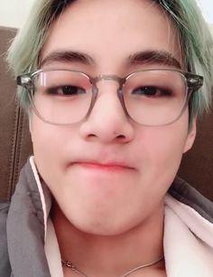 Image about kpop in kim taehyung by ↳ : ᵇˡᵃᶜᵏ ˢʷᵃᶰˑ 🐯 Bts Taehyung, Namjoon, Seokjin, Hoseok, Taehyung Smile, Daegu, Foto Bts, Bts Photo, K Pop
