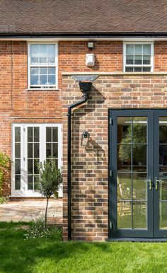 Love the contrast yet distinct relationship between this Surrey house and its new rear extension Modern Tiny House, Modern House Design, Brick Extension, Extension Ideas, External Sliding Doors, Flat Roof Design, Flat Roof House, Living Roofs, Brick Building