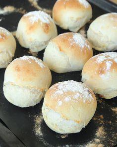 Frys in degbullar och ta fram dem och grädda när du vill ha nybakat bröd! Keto Holiday, Holiday Recipes, Bread Bun, Piece Of Bread, Dinner Rolls, Grain Free, Bread Recipes, Baked Goods, Bakery