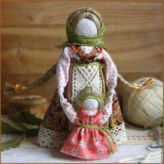 Ведучка — мать, бабушка, крёстная, сестра, а возможно, и мачеха или воспитательница, то есть та женщина, которая ведёт ребёнка за руку. Понятие вести за руку или за руки заключает в себе и прямой, и переносный смысл. С одной стороны, ребёнку необходима телесная помощь, чтобы двигаться по физическим плотностям этого мира. С другой стороны, ребёнку необходима помощь, указывающая путь не по ухабам и кочкам, а — о прямой дорожке.