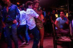 Un couple de lesbiennes danse dans une boite de nuit de la capitale. À Cuba, si l'homosexualité est aujourd'hui dépénalisée, elle n'est pas ...