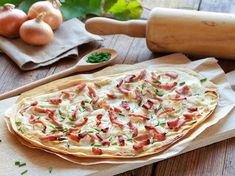Alsatian tarte flambée: the recipe for the original - A wafer-thin Flammkuchen is quickly conjured up. Here you will find the classic recipe for Alsatian - Party Snacks, Food Items, Vegetable Pizza, Sour Cream, Food Porn, Food And Drink, Brunch, Stuffed Peppers, Healthy Recipes