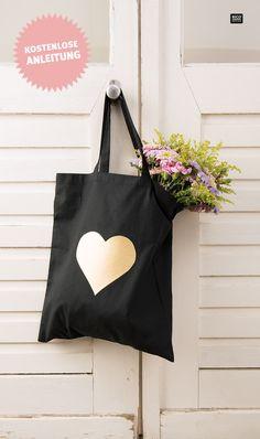 DIY Tasche verschönern: In nur wenigen Minuten entsteht dieser trendige Beutel. Das Kunstleder muss nicht vernäht werden sondern wird einfach aufgebügelt. So entsteht schnell ein tolles, individuelles Geschenk z.B. für die beste Freundin oder die Mama. #anleitung #tragetasche #jutebeutel #leder #valentinstag #muttertag #geschenkidee
