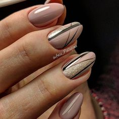 The advantage of the gel is that it allows you to enjoy your French manicure for a long time. There are four different ways to make a French manicure on gel nails. Elegant Nail Designs, Elegant Nails, Gel Nail Designs, Stylish Nails, Pretty Nail Art, Beautiful Nail Art, Long Round Nails, Art Deco Nails, Geometric Nail Art