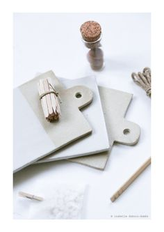 """La collaboration des créatrices Justine Lacoste (Epure) + Isabelle Dubois-Dumée (les petites emplettes) = """"petites planchettes"""", en grès, made in France, pour présenter vos mini gourmandises sucrées-salées (3 planches par pack). Cadeau utile & beau (+ pratique, les planchettes vont au lave vaisselle & fours traditionnels et micro-ondes) http://www.lespetitesemplettes.com/e-shop/351-petites-planchettes.html"""