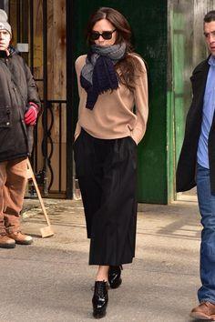Sogar ihr Off Duty Look ist umwerfend: Victoria Beckham trotzt in den Straßen Manhattans der Kälte. Obwohl während der New York Fashion Week eisige Temperaturen herrschen, lässt Victoria ihren Mantel zuhause und hüllt sich in Kuschelpulli, Schal und Culottes. Soweit macht das Outfit einen bequemen Eindruck, wären da die schwindelerregend hohen Alaïa-Plateaus und die nackten Knöchel nicht. Aber wer kann, der kann.