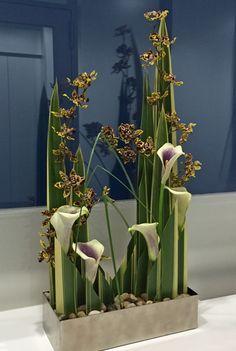 Contemporary Flower Arrangements, Large Flower Arrangements, Flower Arrangement Designs, Vase Arrangements, Flower Designs, Table Flowers, Flower Vases, Calla Lily Centerpieces, Art Nouveau Flowers