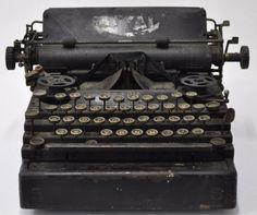 Antiga maquina de escrever Royal toda em metal com alguns componentes em baquelite - pesando 10,5 kg
