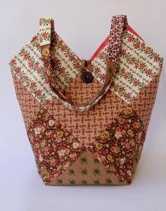 Linda bolsa de patchwork. <br>Toda forrada e quiltada. <br>Alças com 58cm de comprimento.