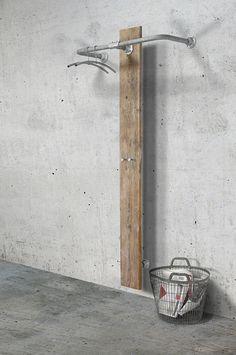 Stoere combinatie van steigerhout en steigerbuizen #wandkapstok #spinder