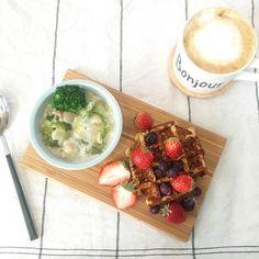yosaiso今日の朝ごはん◡̈♥︎ . ∞クラムチャウダー ∞ワッフル ∞ラテ(デカフェ) . Mr.waffleのアーモンドワッフル、行列につられて買ってみました♪リベイクしたらフワサクでおいしかった❤︎ . #food #foodpic #instagood #朝ごはん #breakfast #morning #ワッフル #おうちごはん #おうちカフェ #mrwaffle #暮らし #うつわ #カッティングボード