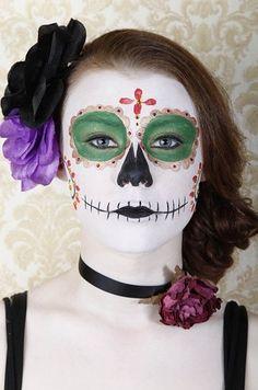 Verde esmeralda y dorado son una combinación ideal: | 20 Maquillajes que te harán robar miradas durante El Día De Los Muertos