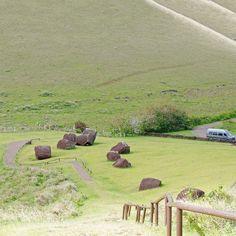 O #vulcão #PunaPau era a fábrica de #Pukao (os chapéus dos moai). A rocha vulcânica vermelha daquela região da #IlhaDePáscoa é porosa e mais fácil de ser talhada provavelmente por isto foi escolhida para a confecção dos gigantes pukaos que chegam a ter 3 metros e podem pesar até 20 toneladas.  Como foram encontrados cerca de 100 pukaos na ilha um número muito baixo comparado aos mais de 900 moai acredita-se que os enfeites tenham sido criados a bem menos tempo do que as estátuas talvez não…