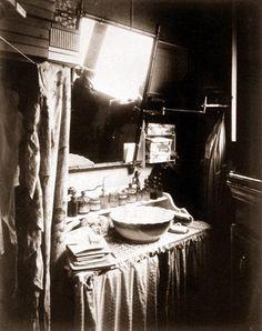 Eugène Atget / Intérieur de Mme C., modiste, place Saint-André-des-Arts, ca. 1910