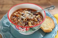 This Crock Pot Olive Garden Pasta e Fagioli soup is the best recipe! Full of ground beef, pasta, veggies all in a flavorful Italian soup! Crockpot Recipes, Cooking Recipes, Soup Recipes, Copycat Recipes, Cooking Ideas, Yummy Recipes, Free Recipes, Olive Garden Pasta, Pasta E Fagioli Soup