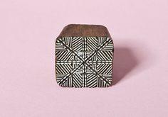 Patrón geométrico sello de madera hecho a mano mano