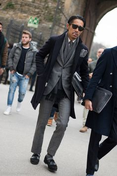 Winter style inspiration for men. Mens Style Guide, Men Style Tips, Costume Gris, Mens Fashion Blog, Men's Fashion, Street Fashion, Pitta, How To Wear Scarves, Men Street