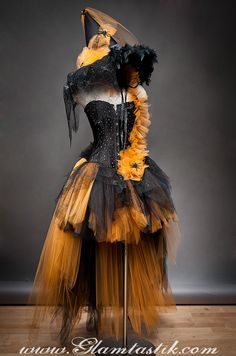 Such a fun Halloween costume idea! Custom Size Orange and Black Feather Burlesque Corset Witch costume with Hat available in sizes small through Soirée Halloween, Halloween Karneval, Adornos Halloween, Halloween Disfraces, Holidays Halloween, Halloween Makeup, Halloween Decorations, Halloween Dress, Halloween Clothes