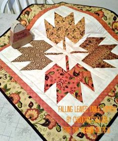 Falling Leaves Table Topper - FREE pattern and tutorial ~ super easy! Table Runner And Placemats, Table Runner Pattern, Quilted Table Runners, Table Topper Patterns, Paper Piecing, Ribbon Retreat, Fall Sewing, Quilted Table Toppers, Halloween Quilts