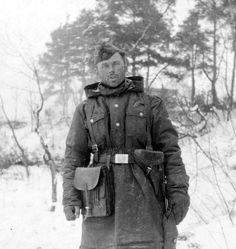Un Waffen-SS prend la pose dans la neige ========================= Воин Ваффен СС позирует в снегу