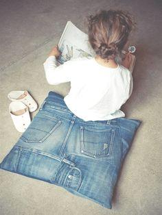 Dit unieke jeanskussen wordt de eyecatcher van de kinderkamer. Dit project - uit 100% jeans – maak je natuurlijk van je allermooiste oude jeans. Check de tutorial.