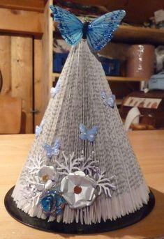 Un arbre d'hiver Book Crafts, Paper Crafts, Christmas Paper, Christmas Ideas, Book Folding, Old Books, Book Pages, Decorative Bells, Sweet Home